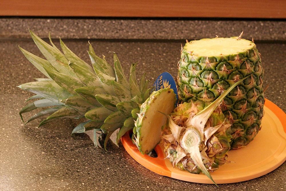 Ananasschneider (Bild 01/06) - Strunk und unterer Teil der Ananas wurden entfernt