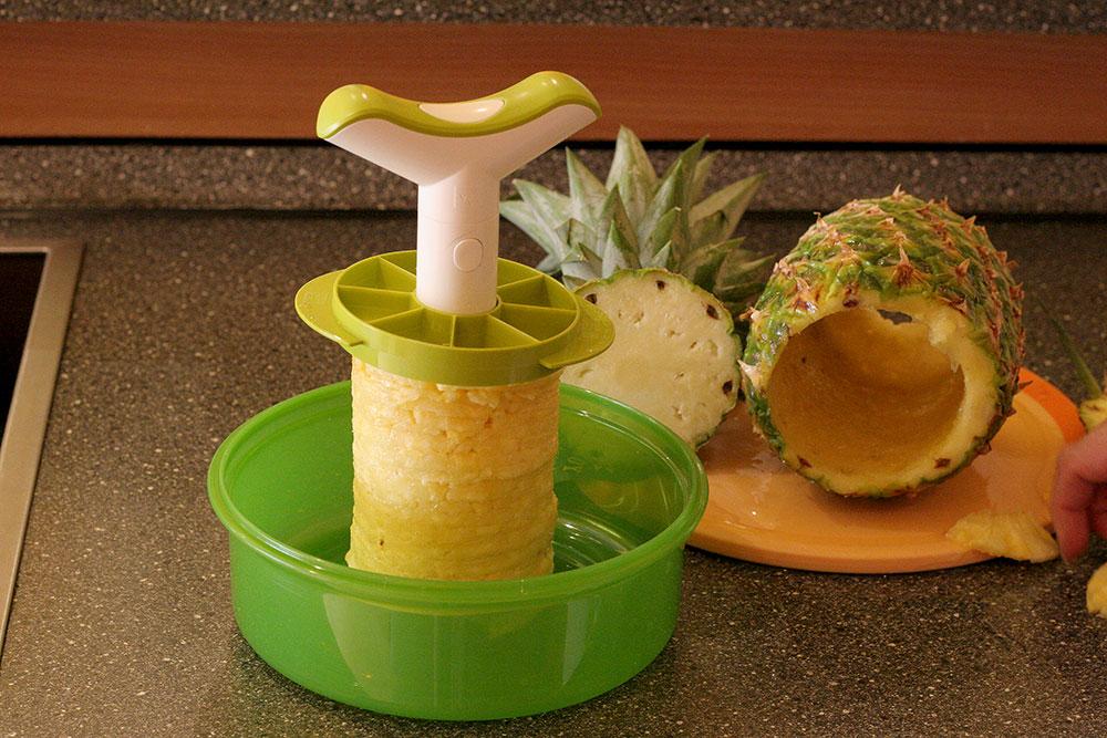 Ananasschneider (Bild 04/06) - Fruchtfleisch und Schale werden getrennt